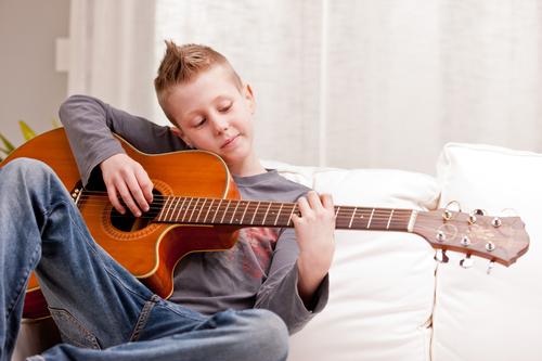 כיצד שיעורי גיטרה תורמים לילדינו?